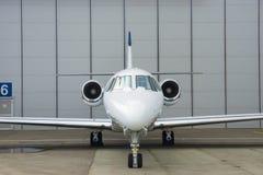 Avion à réaction privé dans le hangar Photographie stock libre de droits