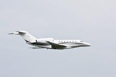 Avion à réaction privé moderne en vol Images libres de droits