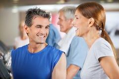 Avion-école et femme heureux de forme physique Photo stock