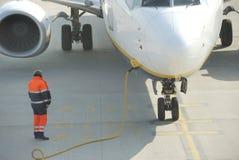 Avion étant chargé sur la piste photo libre de droits