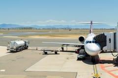 Avion étant préparé pour le vol images stock