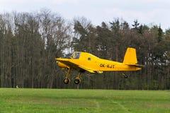 Avion agricole tchèque de Zlin Z-37 Cmelak utilisé en tant que vol de chiffon de culture photos libres de droits