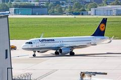 Avion Airbus A320-200 à la terre, aéroport Stuttgart, Allemagne Photo stock