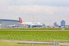 Avion Airbus A319 à la terre, aéroport Stuttgart, Allemagne Images libres de droits