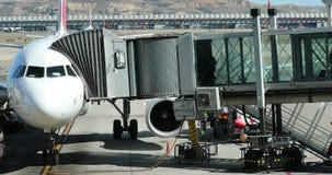 Avion Airbus A330 avec pont d'embarquement banque de vidéos