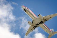 Avion approchant l'aéroport et débarquant à Miami Photographie stock