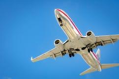 Avion approchant l'aéroport et débarquant à Miami Photo libre de droits