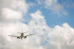 Avion approchant l'aéroport et débarquant à Miami Images libres de droits