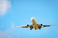 Avion approchant l'aéroport et débarquant à Miami Images stock