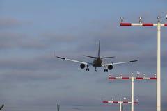 Avion approchant l'aéroport international de Francfort (FRA) Images stock