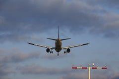 Avion approchant l'aéroport international de Francfort (FRA) Photos stock
