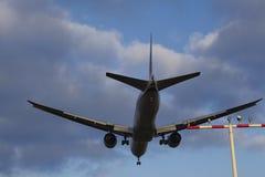 Avion approchant l'aéroport international de Francfort (FRA) Image stock