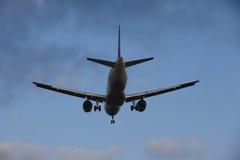 Avion approchant l'aéroport international de Francfort (FRA) Photographie stock