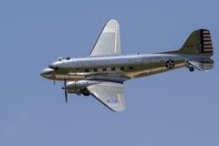 Avion argenté de guerre de vintage en air Photo stock