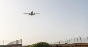 Avion arrivant à l'aéroport de Ténérife Photographie stock libre de droits