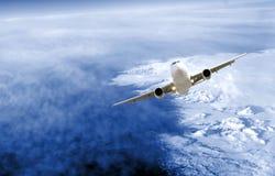 Avion au-dessus de ciel Image stock