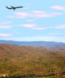Avion au-dessus de désert Photos stock