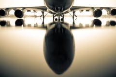 Avion au-dessus de l'eau photos libres de droits