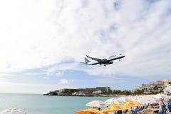 Avion au-dessus de l'eau de plage Image stock