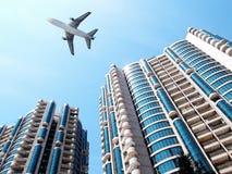 Avion au-dessus de l'immeuble de bureaux. Image libre de droits