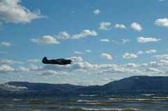 Avion au-dessus de la rivière Image libre de droits