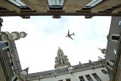 Avion au-dessus de la ville de l'inclinaison de Bruxelles - décalage Image libre de droits