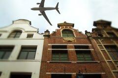 Avion au-dessus de la ville de l'inclinaison de Bruxelles - décalage Images libres de droits