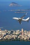 Avion au-dessus de plage d'Ipanema au Brésil Photo libre de droits