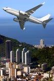 Avion au-dessus de plage d'Ipanema au Brésil Photographie stock libre de droits