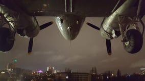Avion au-dessus de ville Photographie stock