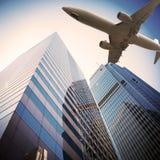 Avion au-dessus de ville moderne Photographie stock