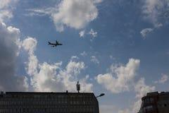 Avion au-dessus des bâtiments Image libre de droits