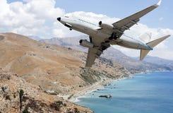 Avion au-dessus des montagnes photographie stock