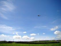 Avion au-dessus des zones vertes Photographie stock libre de droits