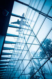 Avion au-dessus du bâtiment en verre Photo libre de droits