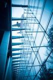 Avion au-dessus du bâtiment en verre Photographie stock