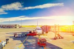 Avion au lever de soleil dans la porte terminale prête pour le décollage - Wai Photographie stock