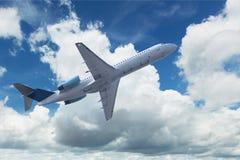 Avion avec des cumulus images stock