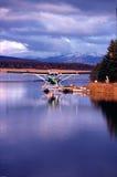 Avion avec des montagnes de ciel bleu images stock