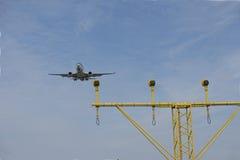 Avion avec des projecteurs d'atterrissage Images stock