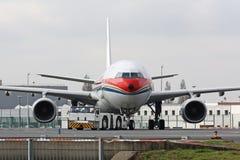 Avion avec le camion de traction subite Photos stock
