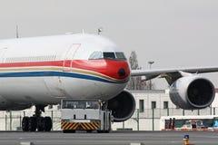 Avion avec le camion de traction subite Images stock
