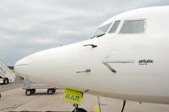 Avion baltique de propulseur d'air dans l'aéroport de Riga Images stock