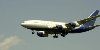 Avion blanc-bleu non marqué d'avion à réaction Image stock