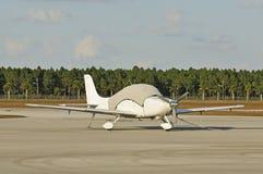 Avion blanc couvert Photos libres de droits