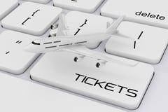 Avion blanc du ` s de Jet Passenger au-dessus de clavier d'ordinateur avec Ticke Image stock