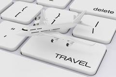 Avion blanc du ` s de Jet Passenger au-dessus de clavier d'ordinateur avec Trave Images stock