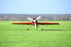 Avion blanc rouge sur l'aérodrome Photos stock