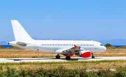 Avion blanc sur l'île Grèce, jour de Rhodes d'aéroport d'été ensoleillé Photos stock