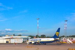 Avion bleu de Ryanair Image libre de droits